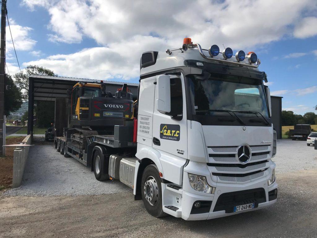 camion-transport-engin-chantier